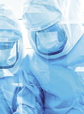 Investigadores de la salud utilizando uniforme de protección.