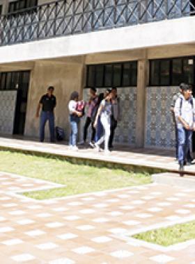 Alumnos de la Preparatoria 22 en Tlaquepaque, transitando por el plantel.