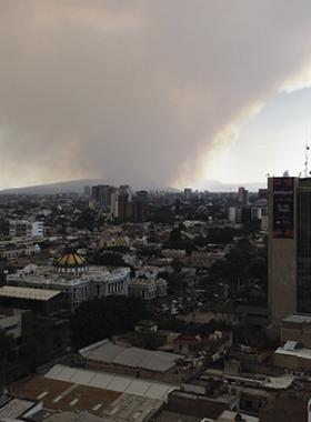Vista panorámica de la Zona Metropolitana de Guadalajara (ZMG), con gran cantidad de humo, proveniente de los recientes incendios forestales