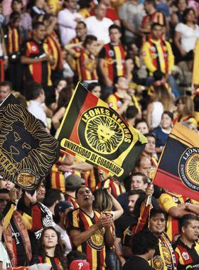 Afición de los Leones Negros de la Universidad de Guadalajara, presentes en las gradas del estadio