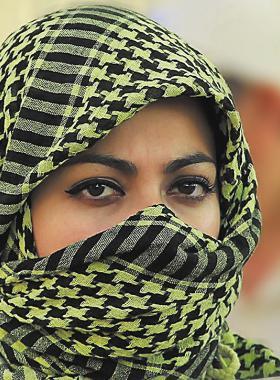 Mujer musulmana con un velo cubriendo su cabello y rostro