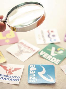 Mano sosteniendo una lupa sobre logos de los distintos partidos políticos de México