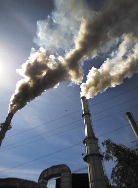 Chimeneas de fabrica arrojando humo contaminante