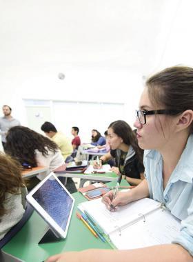 Jóvenes universitarios en aula universitaria