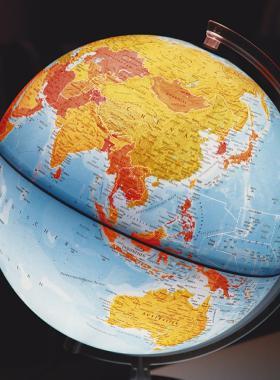 Globo terráqueo con luz y a escala, modelo tridimensional del planeta Tierra.
