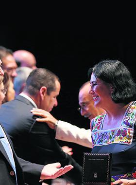 Rector de la Universidad de Guadalajara, rindiendo homenaje a una de las docentes de esta institución.